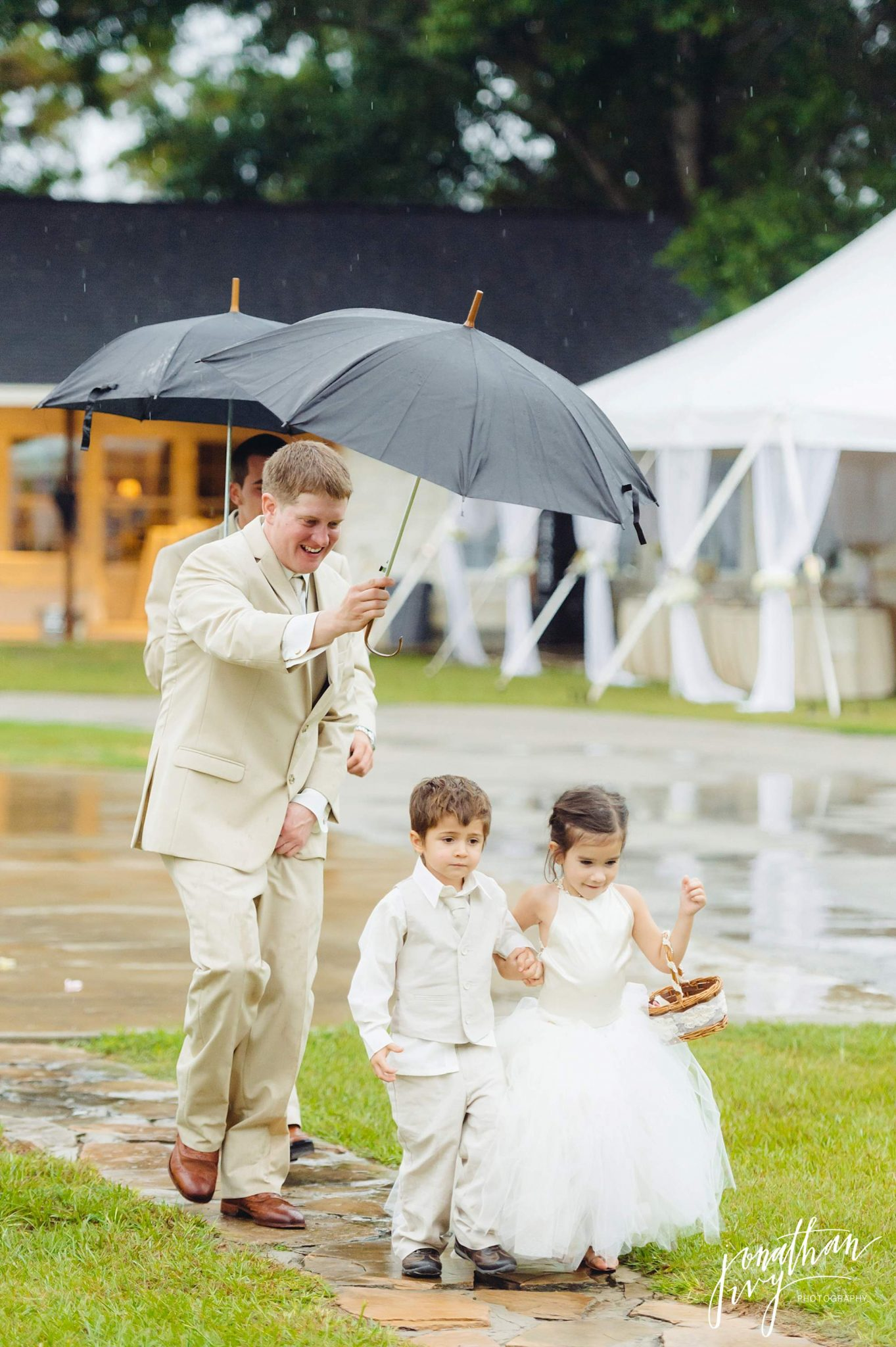 Outdoor-Tented-Wedding-in-the-Rain_0007