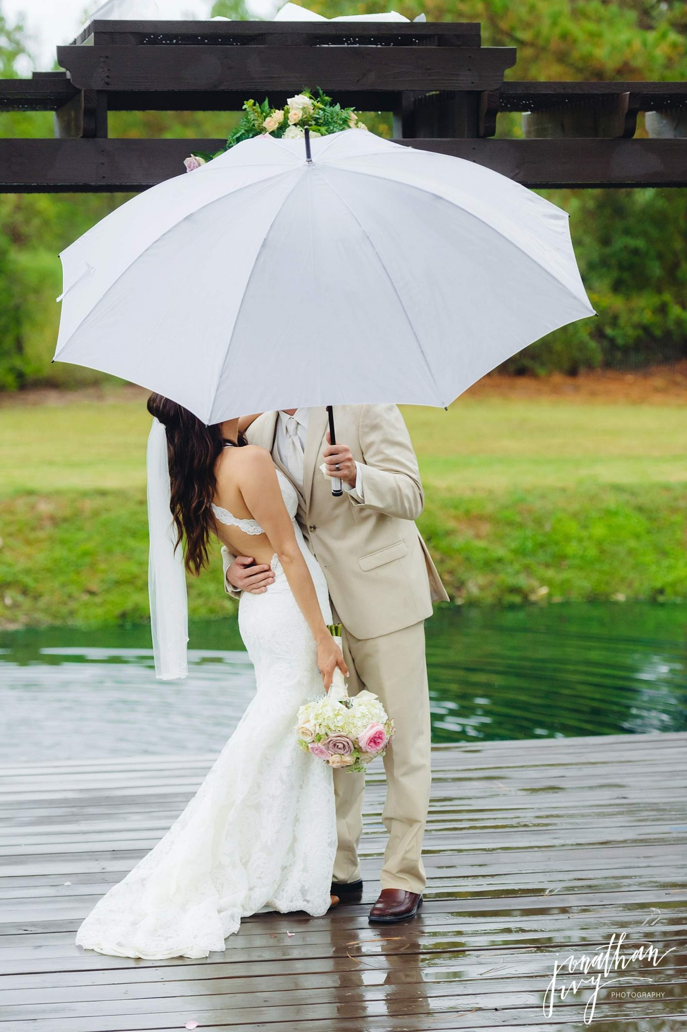 Outdoor-Tented-Wedding-in-the-Rain_0023