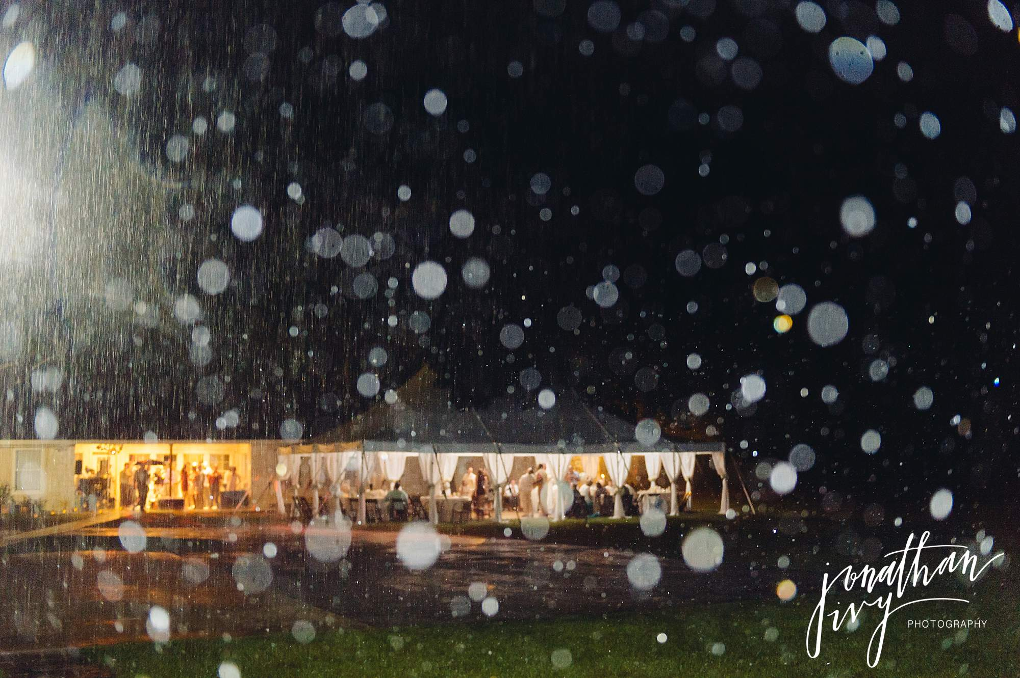 Outdoor-Tented-Wedding-in-the-Rain_0033